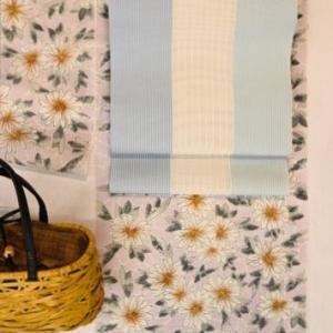 竺仙さんの絹紅梅小紋を紗織りの博多八寸帯でコーディネート・そのコーディネート術を解説!