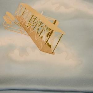「加賀友禅の染帯が空を飛ぶ」飛行機柄の帯が自由と夢を運んでいるように見える!