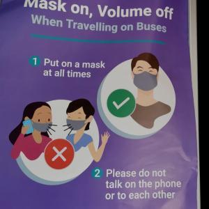 バスの中では 喋るの禁止!
