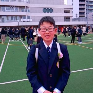 コロナでマスクで校庭で、入学式!