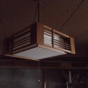 照明交換してクリスマスのディスプレイをするのです。