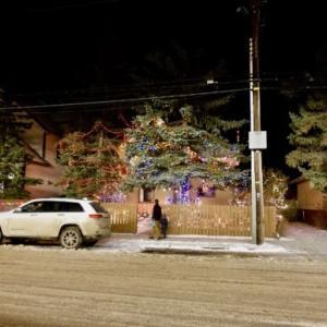 『派手なクリスマス電飾(イルミネーション)の家』『随分と費用と時間を掛けてますね』『町中の夜のバンフアベニューの様子』Banff,Canada