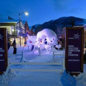 『昨晩の雪の彫刻の様子』『青い光の中のそれらは綺麗』『コンテストの投票はスマホからで僕は出来ず(スマホなしなので)残念』Banff,Canada