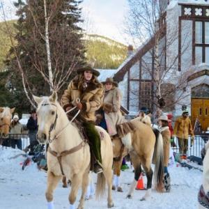 『昨日日曜日はSKIJORING ON BANFF AVENUEというバンフアベニューでの行事』『乗馬&スキー&スノボを馬で引っ張って走る』『女性のカウガール大活躍』『カッコいい乗馬姿』Banff,Canada
