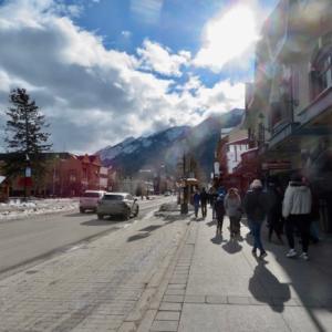 『なんとなく今日のバンフ町中の様子』『カナダ2月17日はファミリーデー祭日です』『道路など乾燥している場所が多いけど春ではない』Banff,Canada