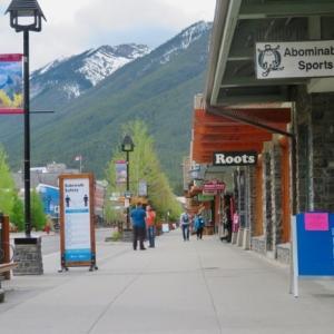 『6月1日 Parks Canada Open;バンフ国立公園オープンです』『オープンしたけど急激に忙しくなってはいません』『ボウ川の水量が増え洪水?』『リス君の石の上の姿』Banff,Canada