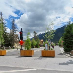 『バンフ日曜日の午後;遊歩道(ホコテン)の様子は?』『そこそこの人たちが歩いてます』『気温は+14℃くらいしかなく肌寒い気候』『暑ければもっと多くの人が来そうです』Banff,Canada