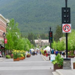 『夏至』『昨日(金)と今日(土)のバンフのメインストリート遊歩道の様子』『レストラン&店なども野外営業』『昼の最高気温は+18℃』Banff,Canada