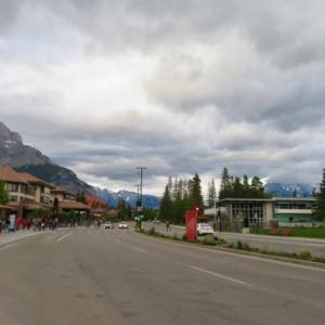 『昨晩ロンゲストデーの8時過ぎのバンフ様子』『父の日でもあったせいか予想外の人出で混んでいた』『野外レストランは満席』『夜10時過ぎでもまだ明るい』Banff,Canada