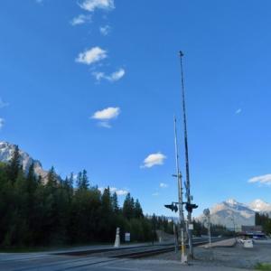 『昨晩の夕暮れ時のバンフ町外れの様子』『気温も20℃くらいはあったらしい』『空気がとても澄んでいるので青空が綺麗』『ボウ川沿いにはピンク色のPrickly Rose アルバータ州花がいっぱい咲いている』Banff,Canada