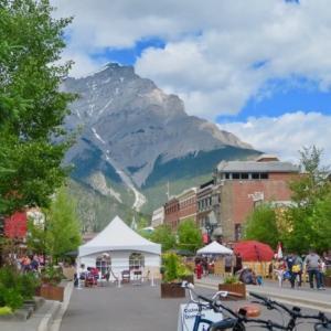 『コロナとは全然関係ないように見える夏のバンフ景色』『バンフ町中は大賑わい;人混みがすごい』『雲も夏雲』『ボウ川のボート乗り場も大盛況』Banff,Canada
