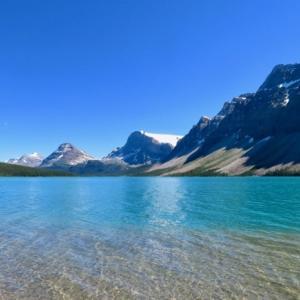 『バンフから近い綺麗な湖ボウ・レイク(Bow Lake)の今』『相変わらずの湖岸からの眺めは雄大で素晴らしい』『観光客は少なめ』『湖岸沿いのホテル「ナム・タイ・ジャー・ロッジ(NAM-TI-JAH LODGE)」の赤い屋根の塗装中』Banff,Canada