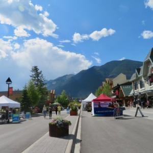 『今日は涼しめの天気&気温』『バンフ・アベニュー通りではマスクはマスト(必要)で罰金を取られます』『今日月曜日は祭日です』Banff,Canada