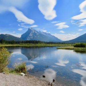 『一昨日22日の午後のバーミリオンレイク』『秋雲の形が面白く湖面に映っている』『レンズ雲になりかけ〜の雲』『のんびりとくつろぐカモたち』Banff,Canada