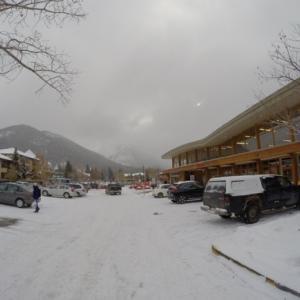 『道路で滑らないように靴に工夫する』『見た目は以前のゴルフスパイクのような・・(最近は違うかな?ゴルフはしてないので分からず)』『道路は雪と氷の世界』Banff,Canada