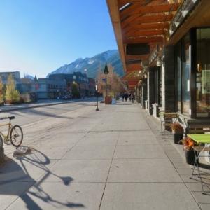 『ブルームーン満月&ハロウィーン』『ハロウィーンの雰囲気が全くないバンフ町中;見てないだけかな?』『ボウ川の氷具合の比較写真』『明日11月1日早朝に夏時間→冬時間;1時間遅らせる』Banff,Canada