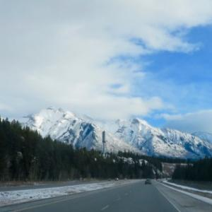 『今年の11月の天気は比較的マイルド』『ハイウェイにもカルガリー街中にも雪がない』『車で走ったり暮らすには楽』『夕暮れ時が早くなってきてる;夕焼けも』『バンフ公園のゲートにはクリスマスの飾り付けがあった』Banff,Canada