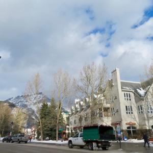 『SnowDaysという冬の雪の祭典のための雪の塊を設置:雪の彫刻を作る』『今年は暖冬なので問題は上手く出来るのかどうか?・・』『暖かいのはいいのだけれど・・🙄』『予報は来週・再来週はもっと冷えて寒くなるはず』Banff,Canada