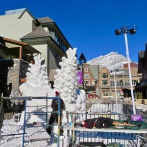 『快晴のバンフ4日目☀️🇨🇦』『SnowDays町中の雪像(雪の彫刻)は 出来たのか?』『土曜日で多少の観光客はいるがここでは蜜にはならない』Banff,Canada
