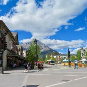 『久々のコロナ規制緩和後の初土曜日12日午後のバンフ』『レストランの店内&店外飲食許可で人が増えて来た』『やっと夏らしい天気になり皆それを謳歌している』*「記事書き」はBanff,Canada