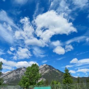『今日のバンフの雲いろいろ〜💓』『バンフ町中の上空にはいろんな形の雲があり素敵な空だったぁ〜😅』『どこの空を撮っても絵になるぅ〜』『変な奴が空の雲写真しか撮っていない図』*「記事書き」はBanff,Canada