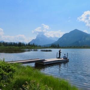 『近場の湖「バーミリオンレイク Vermilion Lake」の今』『平日月曜日の湖&町中は空いている』『湖でのんびりとしている人たち』*記事書きはBanff,Canada