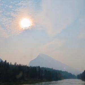 『朝から煙だらけのバンフ』『前日よりひどい煙と匂い』『山火事ありなしの写真比較』『太陽が肉眼でも見られる』『Fire Ban;焚き火(炭火も)などBBQ禁止』*「記事書き」はBanff,Canada