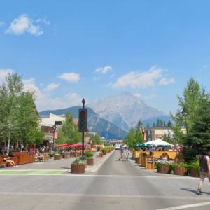『バンフアベニュー&新ベアーストリートの比較写真』『この2つの道の区別が写真では付きにくい』『どちらの道も正面にはキャスケード山が見えてるし・・😅』*記事書きはBanff,Canada