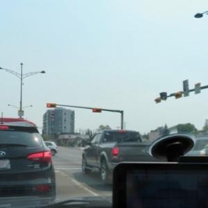 『久々の隣町の都会カルガリー』『バンフ田舎町から行くと大都会に感じ車の運転が面倒』『カナダ国道1号線沿い途中の牧草地帯のロールケーキのような牧草ロール』*記事書きはBanff,Canada