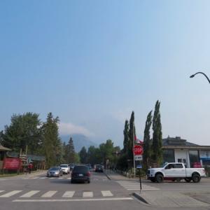 『昨日の小雨程度では山火事の煙は解消されず・・』『今日もしっかり煙で霞んでいる空』『多少?煙の匂いは緩和?』『明日からはもしかしてマシになるかも?』『煙あり&煙なし写真比較』*記事書きはBanff,Canada