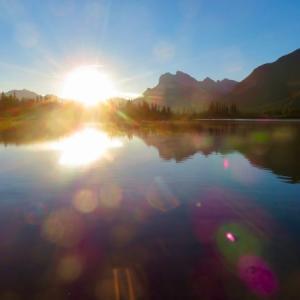 『バーミリオン湖でのまったりカフェタイム』『コーヒーを湖の前で淹れる』『気温は低いが太陽とコーヒーが身体を温めてくれる』『朝の静寂の中のバーミリオンレイク』『秋色の中のCP貨物列車』*「記事書き」はBanff,Canada