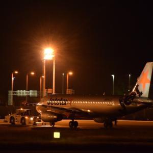 夜の空港とお月様