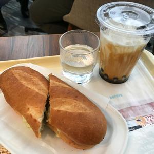 ドトールコーヒーショップ アレア品川店/ミラノサンドBとタピオカ黒糖ミルク