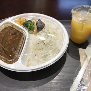 LIBPORT 僕らのカフェ/店内でお弁当を!牛すじカレー