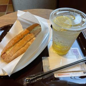 エクセルシオール カフェ/チーズドッグとレモネードソーダ