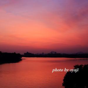 赤い朝日が昇る朝