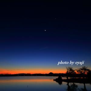 薄い残月と明けの明星