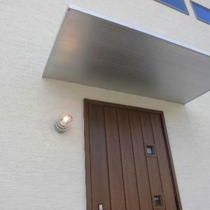 ポーチの屋根はシンプルモダンなアルミ製