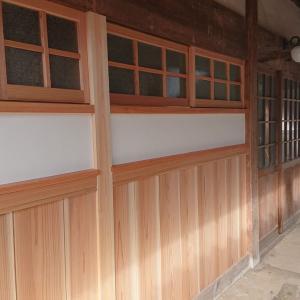 木造りの窓