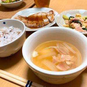 小松菜とベーコンの炒め物と、朝から。