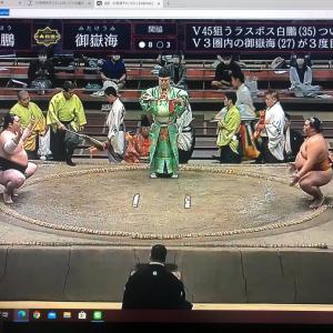 大相撲、あの土俵の下に埋められているものは?