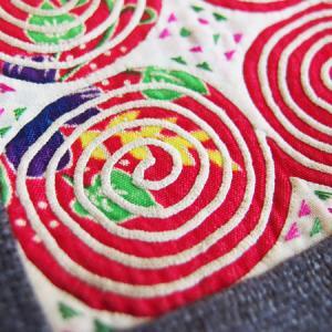 白モン族の手刺繍布をあしらったポシェット入荷しました!
