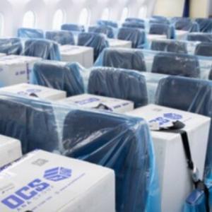 飛行機の座席に荷物を載せて。