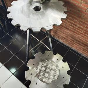 変わった椅子とテーブルの喫茶店