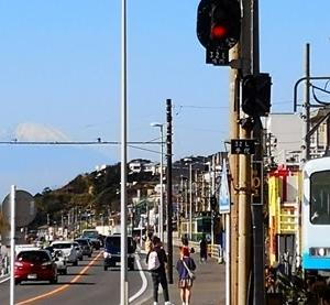湘南散歩 七里ガ浜から長谷寺までを歩く 2019-11-21 江ノ電と富士山 七里ガ浜と富士山 長谷寺の紅葉はまだ