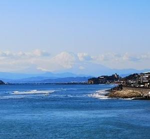 稲村ヶ崎と雲に包まれた富士山 成就院(マンリョウ、由比ガ浜望見) 由比ガ浜散歩 2019-11-30