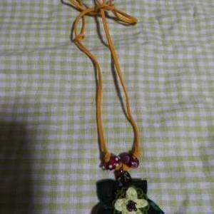 クリスマスカラーつまみ細工モチーフとソラピスの紐ネックレス