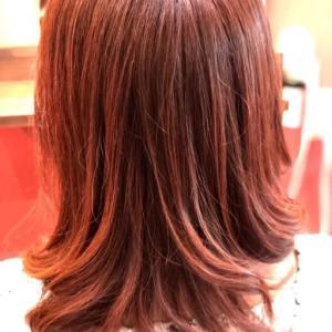 ピンクのカラーと巻き髪