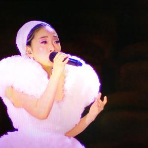 五輪開幕で国歌斉唱するミーシャさん(NHKテレビより)