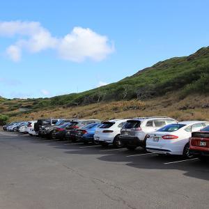2019ハワイ旅 - マカプウ ライトハウス トレイルの駐車場からペレの椅子に向かいます